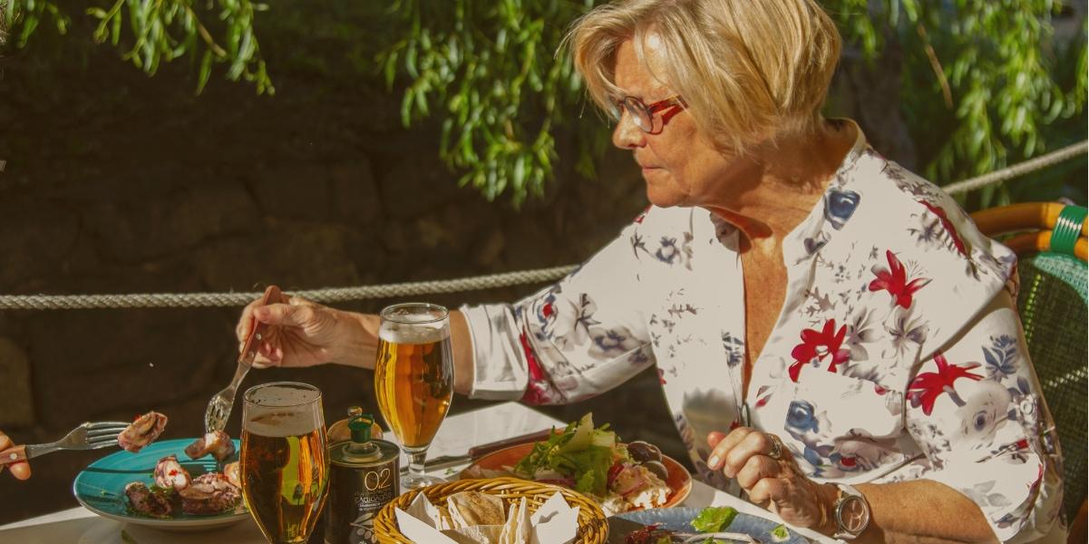 TZATZIKI Kvinna äter utomhus
