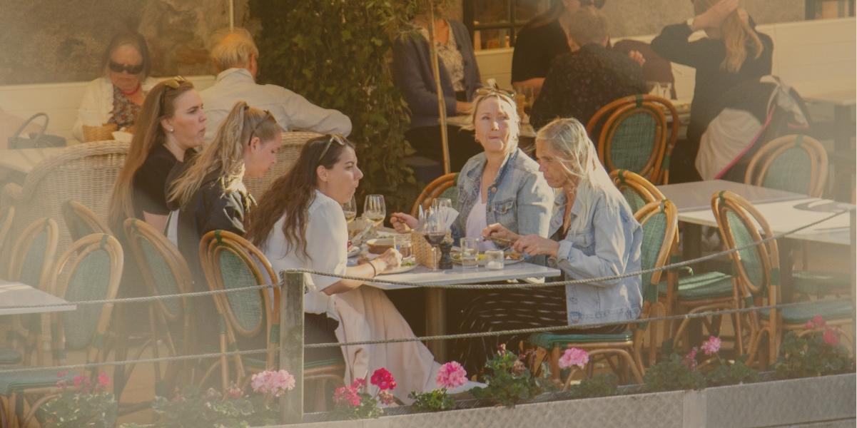 TZATZIKI vänner äter utomhus